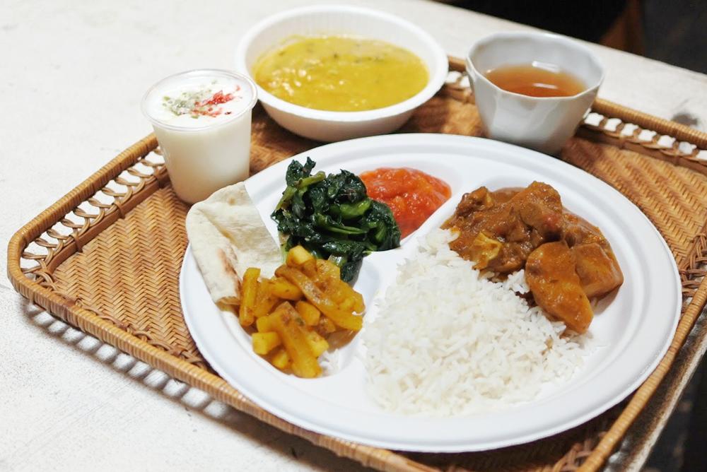 【旅の食卓】ネパール:チャパティのサラダロールとダルバート、ラッシーのデザート
