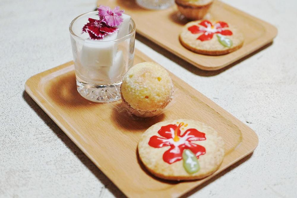 【旅の食卓】ハワイ:小さなロコモコ丼とアヒポキ、ココナッツ香るドライマンゴーのケーキ