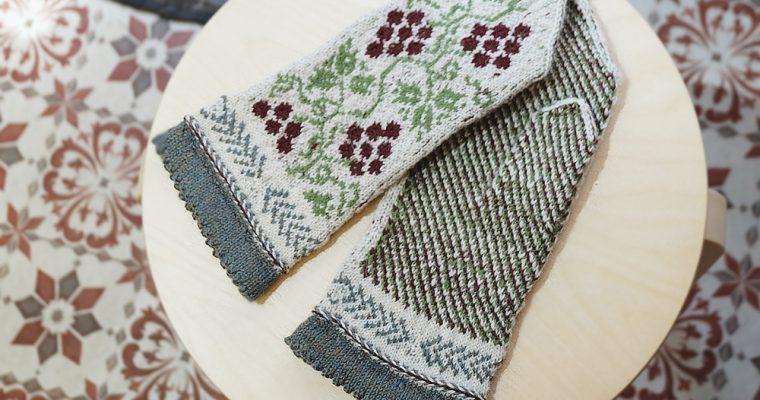 旅と手しごと『ラトビア・リガの街と森の民芸市:クルゼメ地方の手編みミトン』